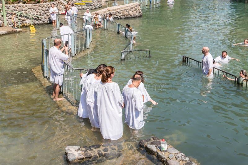 Christliche Gläubiger - Katholische im Wasser Jordan Rivers im Tauf- Platz Yardenit, in dem Tauf- ri untergetaucht werden lizenzfreie stockbilder