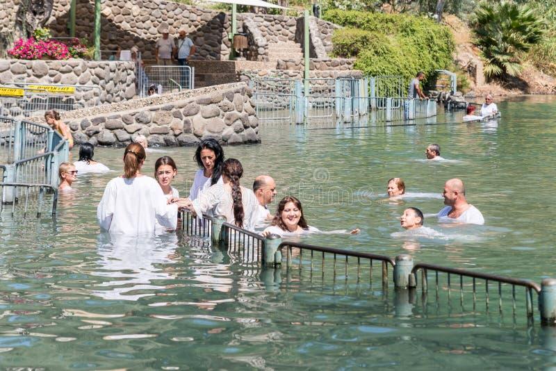 Christliche Gläubiger - Katholische im Wasser Jordan Rivers im Tauf- Platz Yardenit, in dem Tauf- ri untergetaucht werden stockfotos