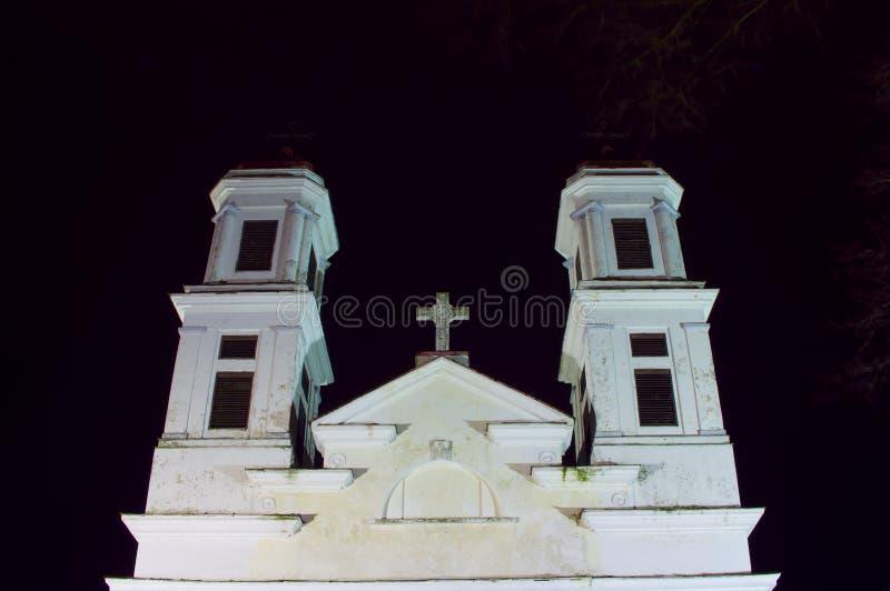 Christliche klassische weiße Kirchtürme nachts lizenzfreies stockbild