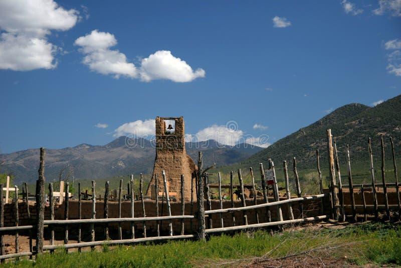 Christlicher Kirchhof von Taos de Pueblo, eine Regelung des luftgetrockneten Ziegelsteines im New Mexiko stockfoto