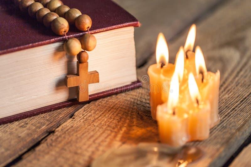 Christliches Kreuz auf Bibel lizenzfreies stockfoto