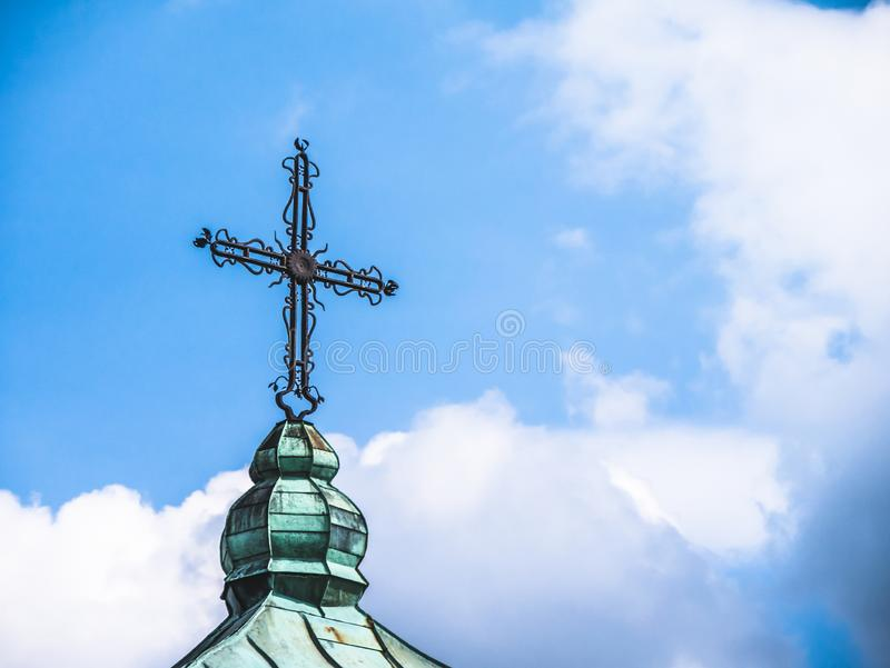 Christliches Kreuz auf dem Dach lizenzfreies stockfoto