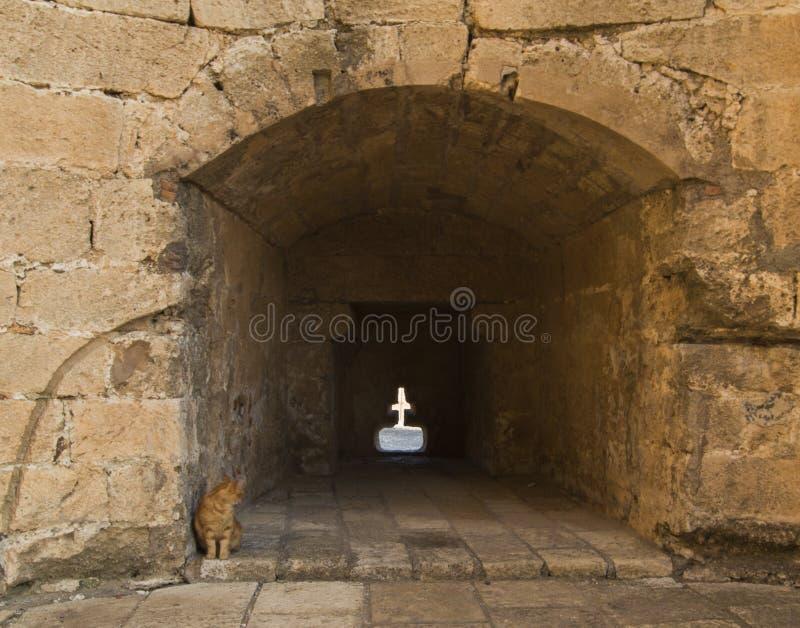 Christliches Kreuz auf der Wand der Festung, den Schutz wiederholen lizenzfreies stockbild