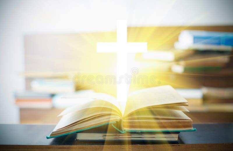 Christliches Kreuz in den offenen Büchern lizenzfreie stockbilder