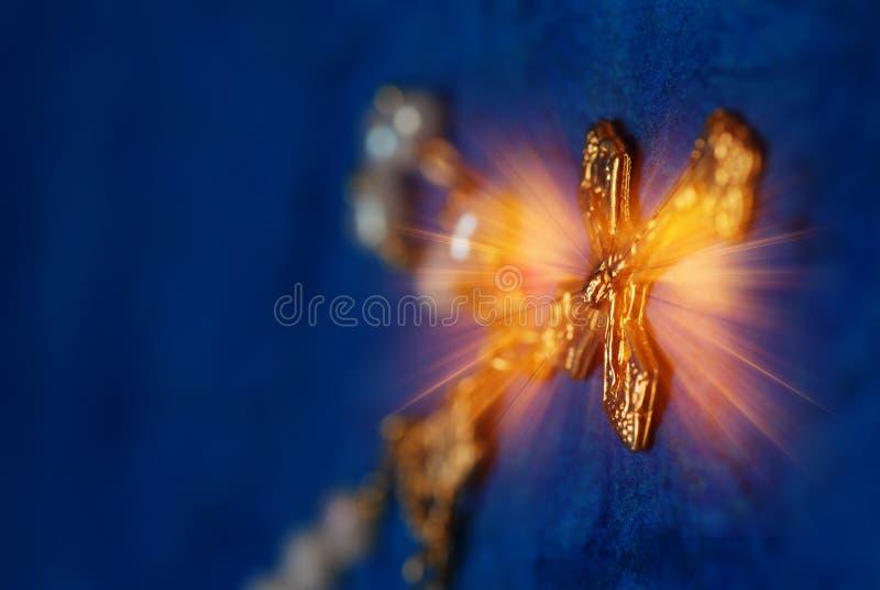 Christliches Kreuz in den Strahlen der Leuchte stockfoto