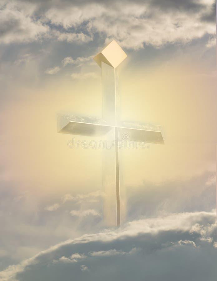 Christliches Kreuz sieht im Himmelhintergrund - Bild hell aus lizenzfreies stockbild