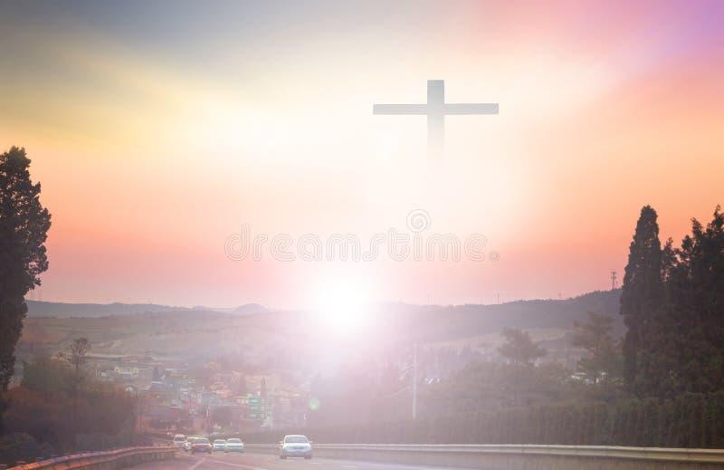 Christliches Kreuz sieht im Himmelhintergrund hell aus lizenzfreie stockfotografie