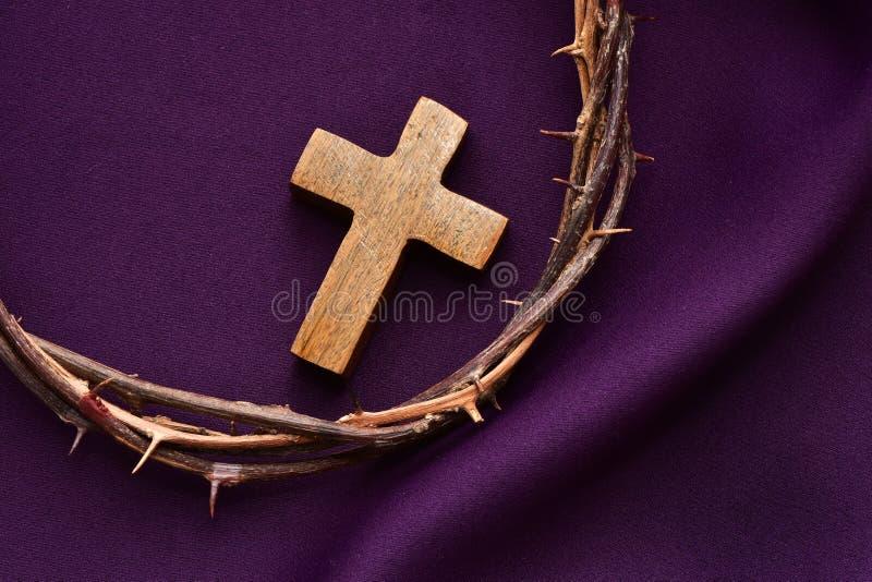 Christliches Kreuz und Dornenkrone von Jesus Christ stockbild