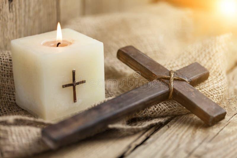 Christliches Kreuz und Kerze lizenzfreie stockfotos