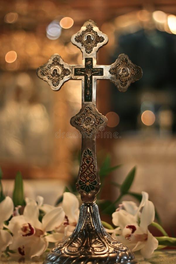 Christliches silbernes Kreuz in der Kirche stockbild