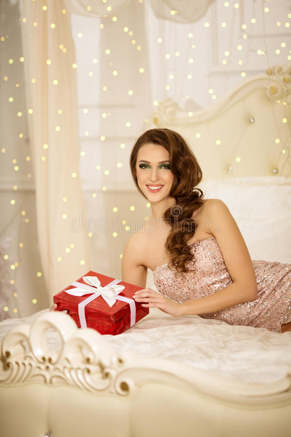 Christmans-Partei, Winterurlaubfrau mit Geschenkbox Neues Jahr lizenzfreie stockfotos