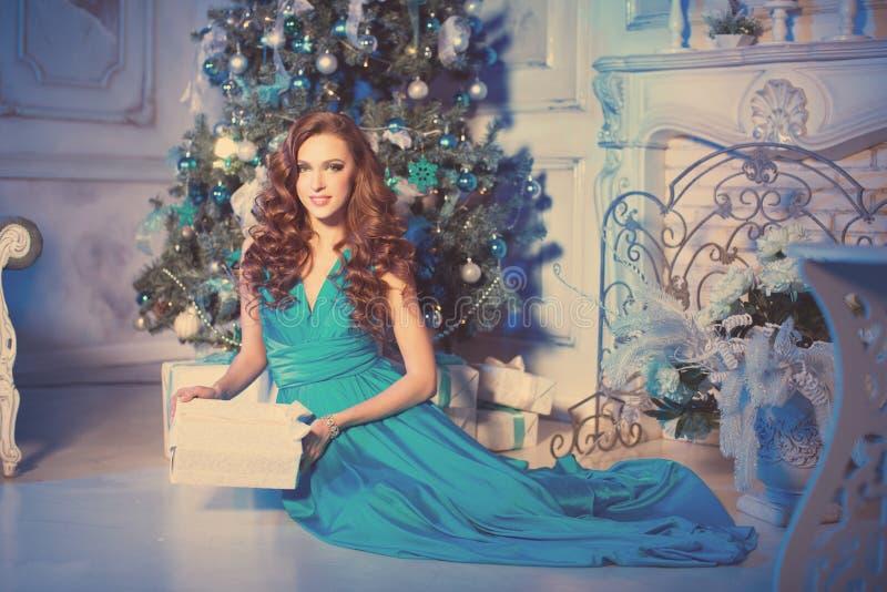 Christmanspartij, de vrouw van de de wintervakantie met giftdoos Nieuw jaar royalty-vrije stock afbeeldingen