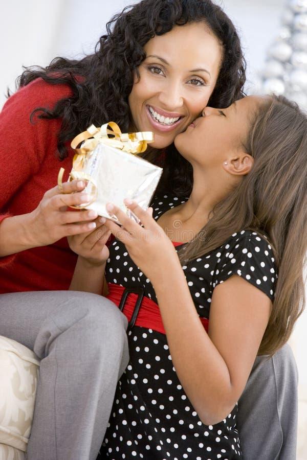 christmas daughter giving her mother present στοκ φωτογραφία με δικαίωμα ελεύθερης χρήσης
