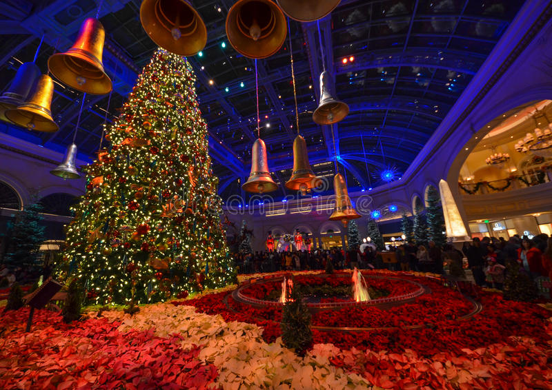 Christmas decoration at bellagio hotel conservatory and for When does las vegas decorate for christmas