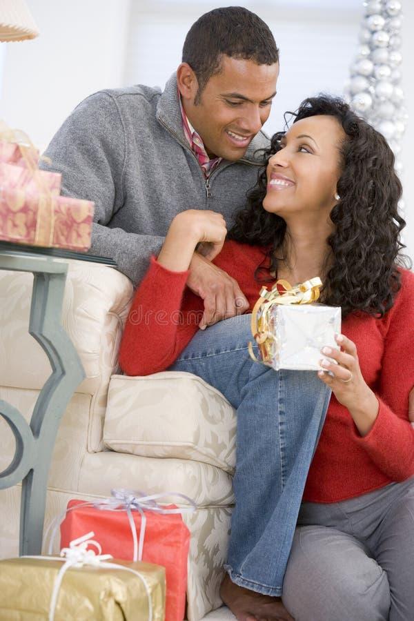 christmas exchanging gifts husband wife στοκ εικόνες