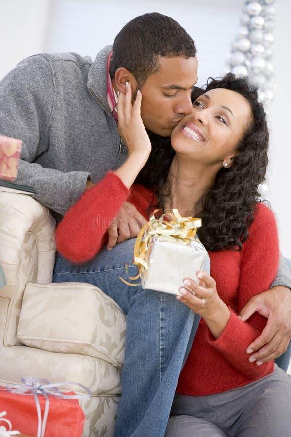 christmas exchanging gifts husband wife στοκ εικόνα