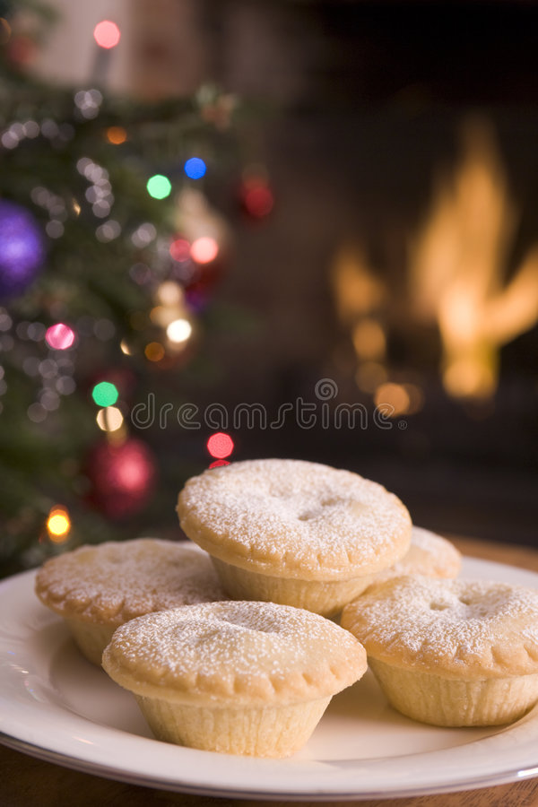 christmas fire log mince pies plate tree στοκ φωτογραφίες