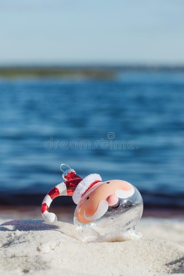 Christmas in Florida concept, santa bulb on a beach at Lake Louisa in Clermont, Florida 免版税图库摄影