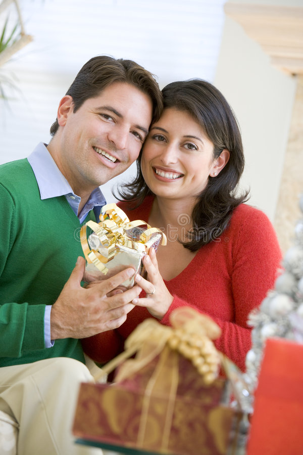 christmas husband present surprising wife στοκ εικόνες με δικαίωμα ελεύθερης χρήσης