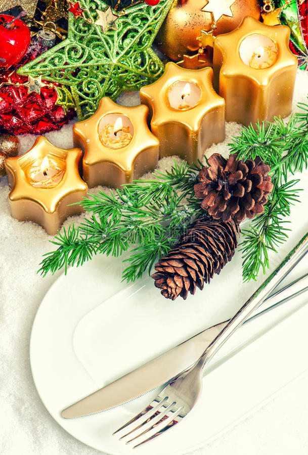 Christmas table place setting decoration in gold red - Tischdekoration grun ...