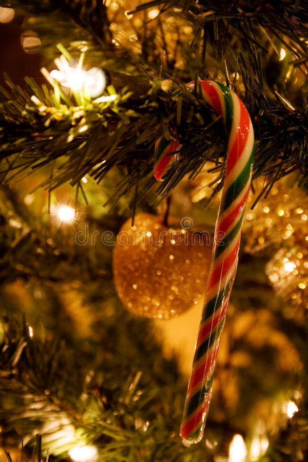 Download Christmas tree στοκ εικόνα. εικόνα από λεπτομέρεια, φω - 377813