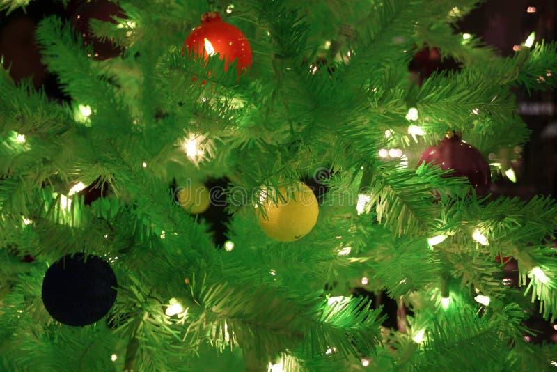 Download Christmas tree στοκ εικόνα. εικόνα από διακοσμήσεις, bulfinch - 398359