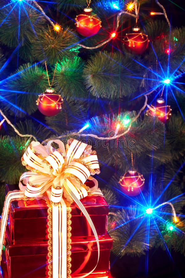 Download Christmas Tree With Flash And  Gift Box. Royalty Free Stock Photography - Image: 11689317