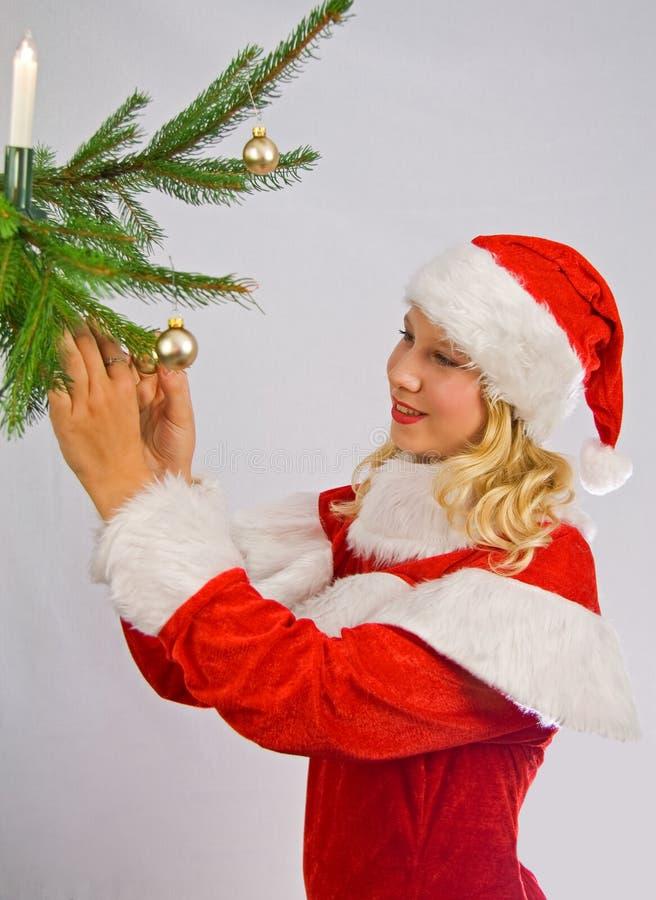 Christmasgirl está adornando un Navidad-árbol fotos de archivo