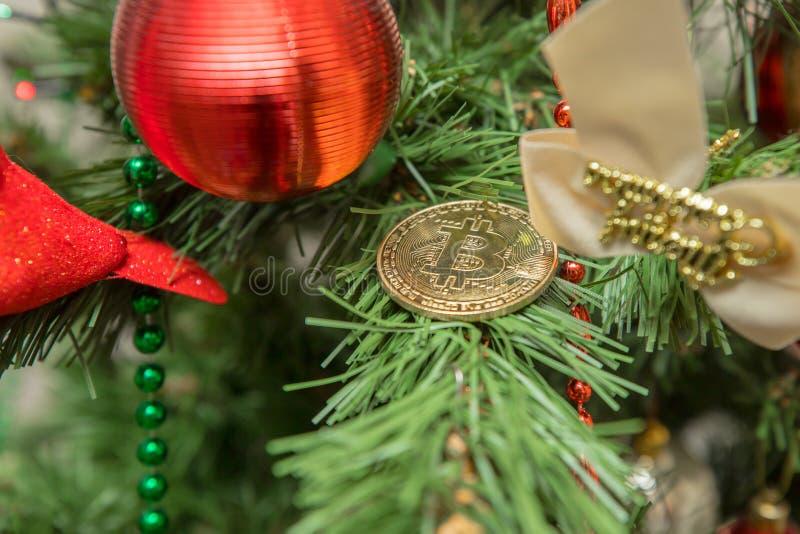 Christmass Bitcoin Symbolisches Bild der virtuellen Währung lizenzfreie stockfotos