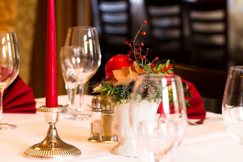 Christmassy桌设置在餐馆 图库摄影