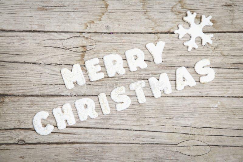 Christmassy popielaty drewniany tło z piernikowym i Wesoło Christma ` s listem zdjęcie royalty free