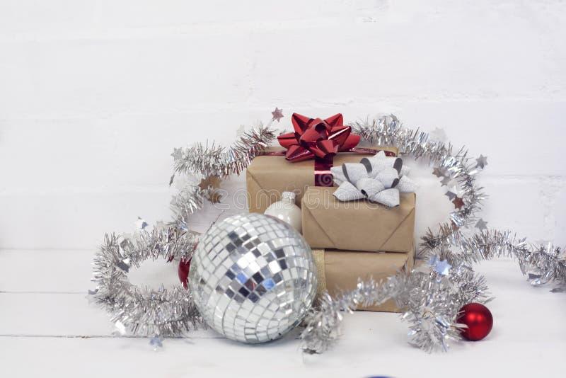 Christmastime 2020 de la Feliz Año Nuevo Cajas de regalo y juguetes del árbol de navidad en fondo Foto rústica de la luz del invi fotos de archivo