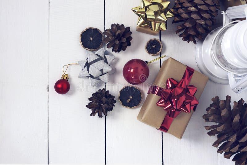 Christmastime 2020 de la Feliz Año Nuevo Cajas de regalo y juguetes del árbol de navidad en fondo Foto rústica de la luz del invi imagen de archivo libre de regalías