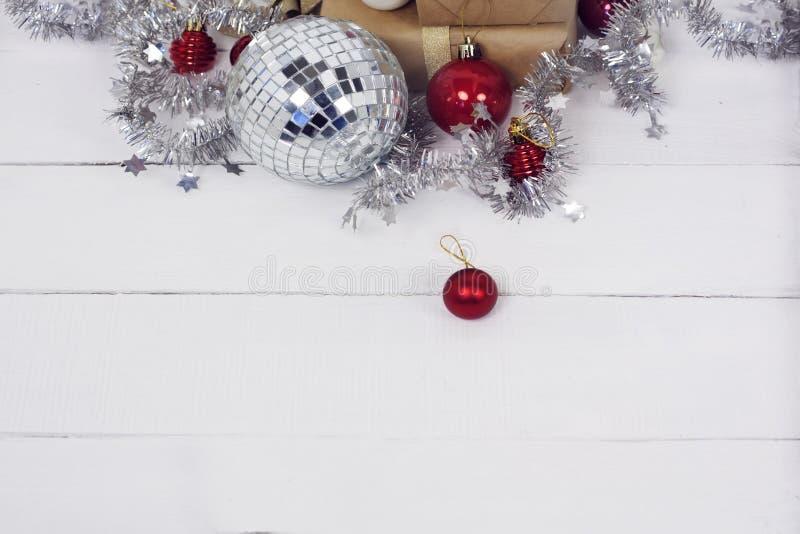 Christmastime 2020 de la Feliz Año Nuevo Cajas de regalo y juguetes del árbol de navidad en fondo Foto rústica de la luz del invi fotografía de archivo libre de regalías