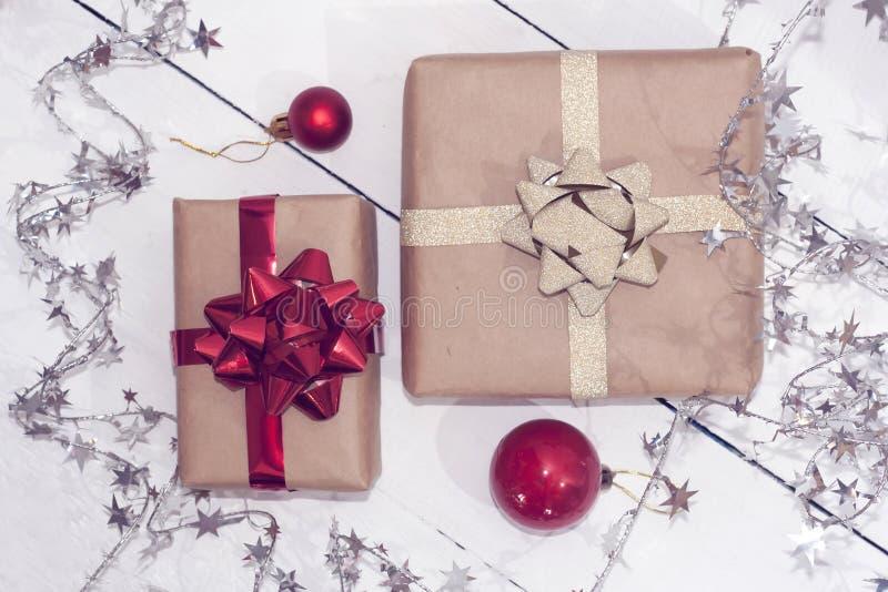 Christmastime 2020 de la Feliz Año Nuevo Cajas de regalo y juguetes del árbol de navidad en fondo Foto rústica de la luz del invi imagen de archivo
