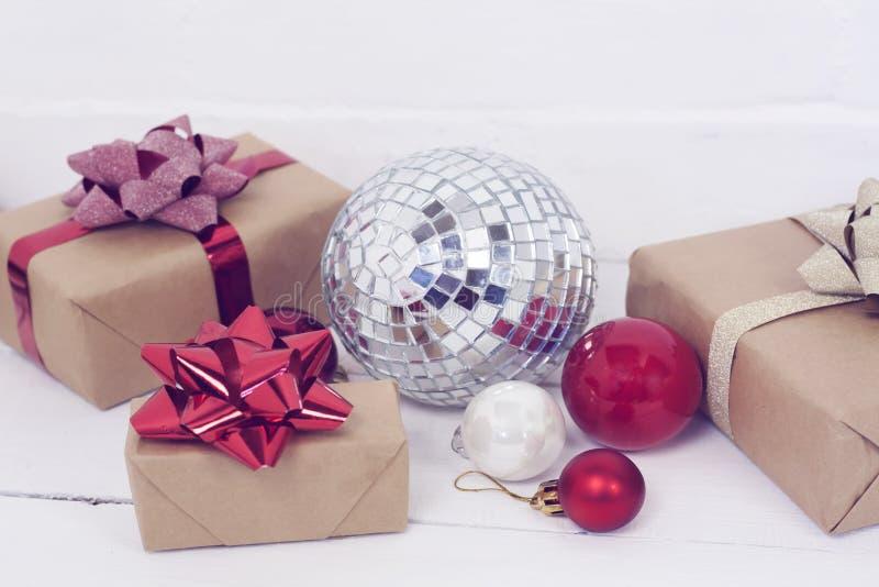Christmastime 2020 de la Feliz Año Nuevo Cajas de regalo y juguetes del árbol de navidad en fondo Foto rústica de la luz del invi imágenes de archivo libres de regalías