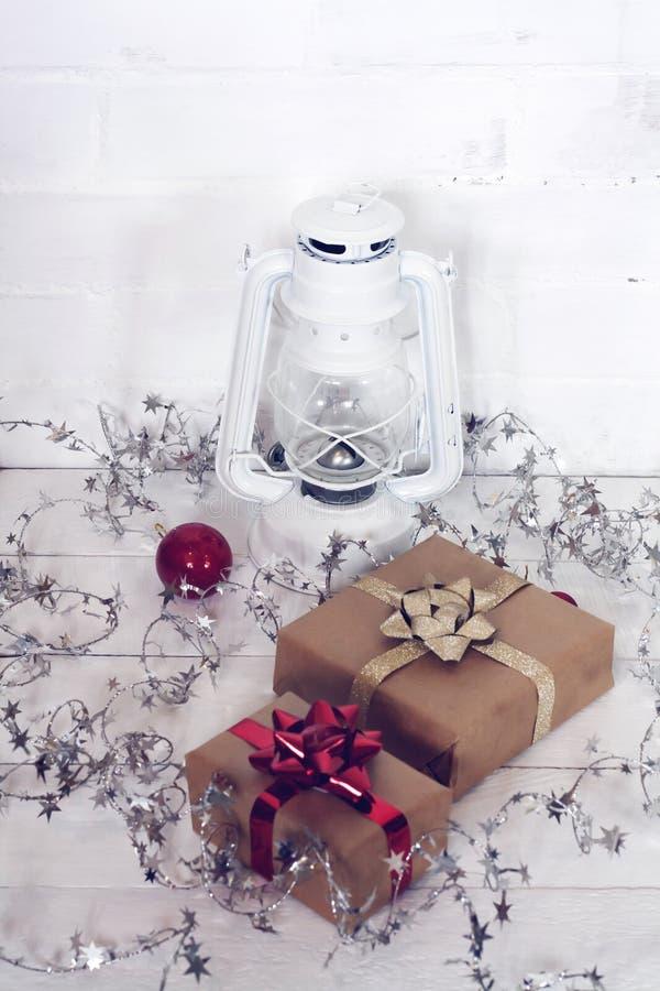 Christmastime 2020 de la Feliz Año Nuevo Cajas de regalo y juguetes del árbol de navidad en fondo Foto rústica de la luz del invi fotografía de archivo