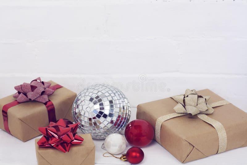 Christmastime 2020 do ano novo feliz Caixas de presente e brinquedos da árvore de Natal no fundo Foto rústica da luz do inverno fotos de stock royalty free
