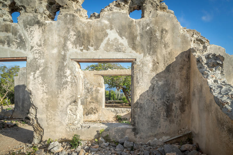 Christoffel nationalpark - förstört landhousefönster royaltyfria bilder