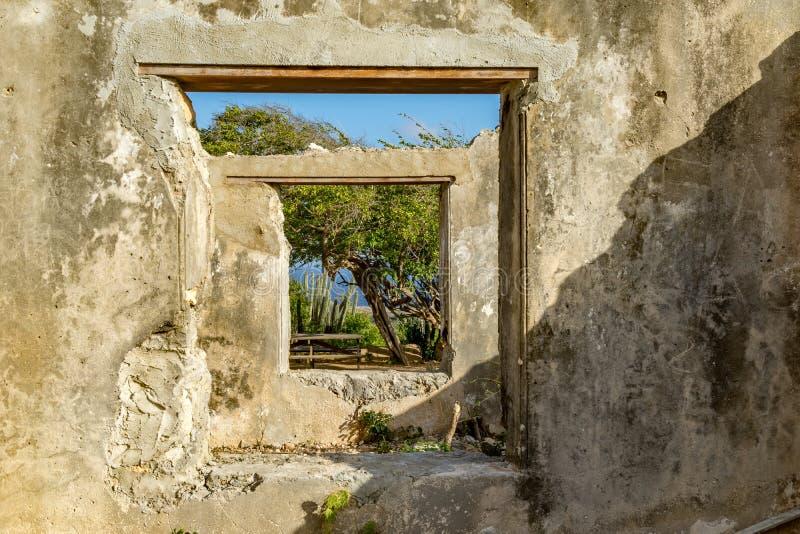 Christoffel nationalpark - förstört landhousefönster arkivbild