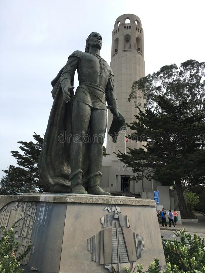 Christopher Columbus prima della torre di Coit fotografia stock libera da diritti