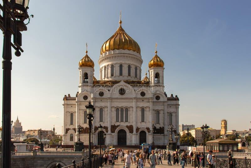 Christus de mening van de Verlosserkathedraal van de Patriarchale brug tegen de blauwe hemel De Kerk van Christus in Moskou stock foto's