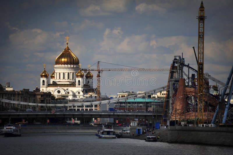 Christus de Verlosserkathedraal en het Pretpark berijdt bij de Rivier van Moskou in Moskou, Rusland royalty-vrije stock foto