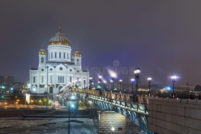 Christus de de Verlosserkathedraal en Patriarshy-Brug bij nacht in de winter moskou Rusland royalty-vrije stock foto's