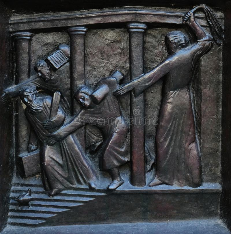 Christus, der die Kaufleute vom Tempel, Entlastung auf der Tür der Grossmunster-Kirche in Zürich fährt stockfotografie