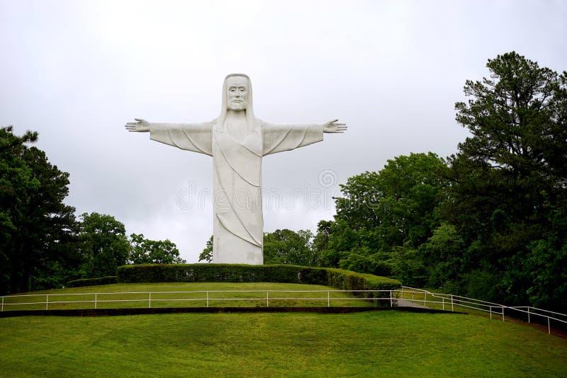Christus der Ozarks-Statue auf Hügel stockbilder