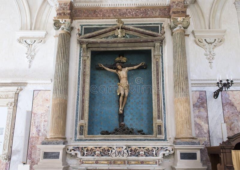 Christus op het kruis in een schip in de Kathedraal van Matera, Italië royalty-vrije stock afbeeldingen