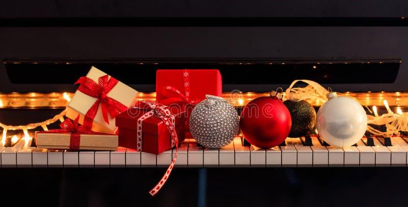 Chritmas球和礼物盒在琴键,正面图 免版税库存图片