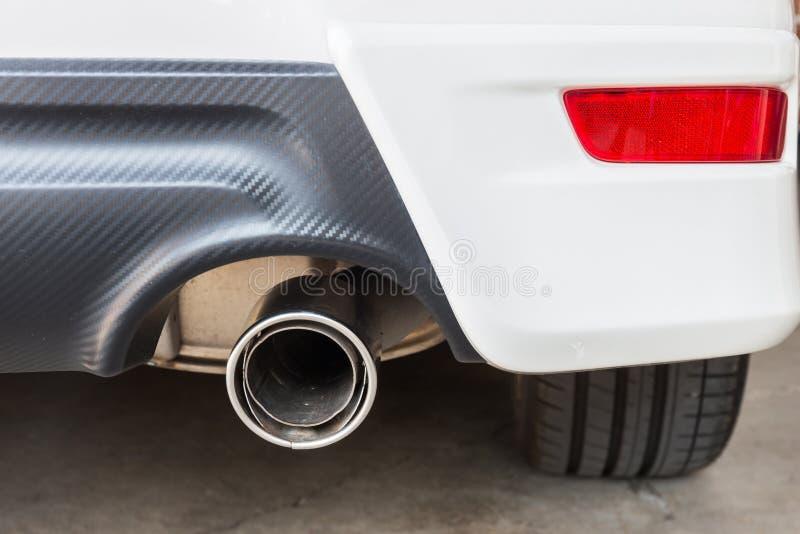 Chrom drymba biały potężny sportowy samochód zdjęcia stock