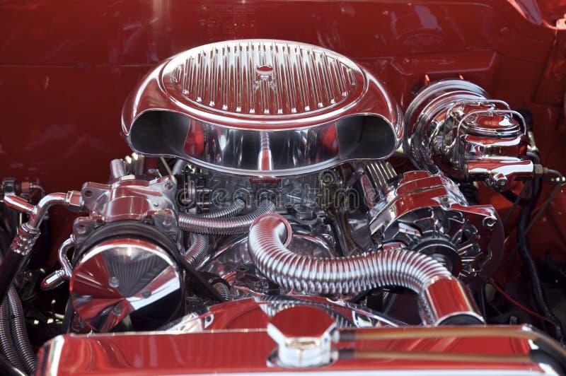 Chrom-Motor im roten Auto stockbilder